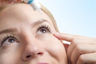 目薬をさしている女性