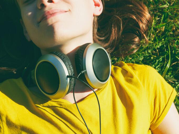 音を聴いて癒される女性