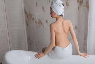 バスルームで背中を出している女性の画像