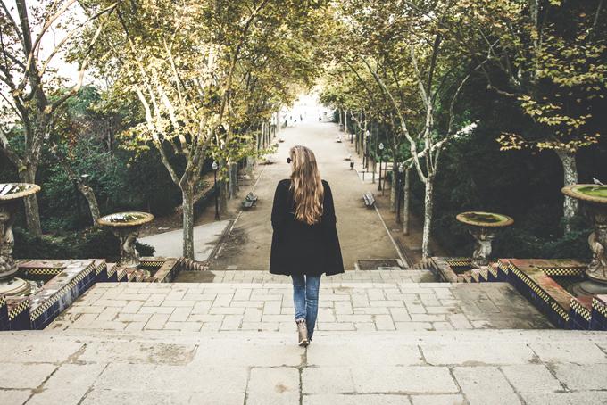 ロングヘアーの女性が散歩をしている後ろ姿
