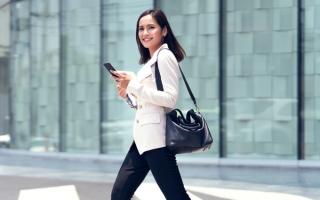 OL女性が歩いている画像