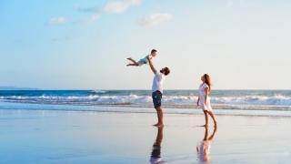 家族で海岸で遊んでいる画像