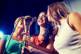 カラオケをしている女性3人の画像