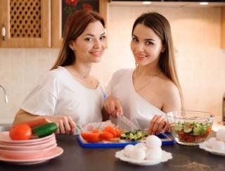 モテ姉妹が話題のダイエットやメイクを検証!美容情報アプリ「MotecoBeauty」