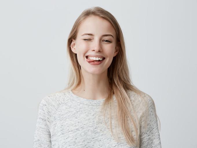 歯を見せて笑顔の女性