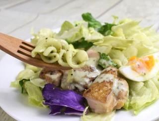バジルが香る具だくさんなサラダ!「グリルチキンのサラダクリーミーバジルソース付」がファミマに登場