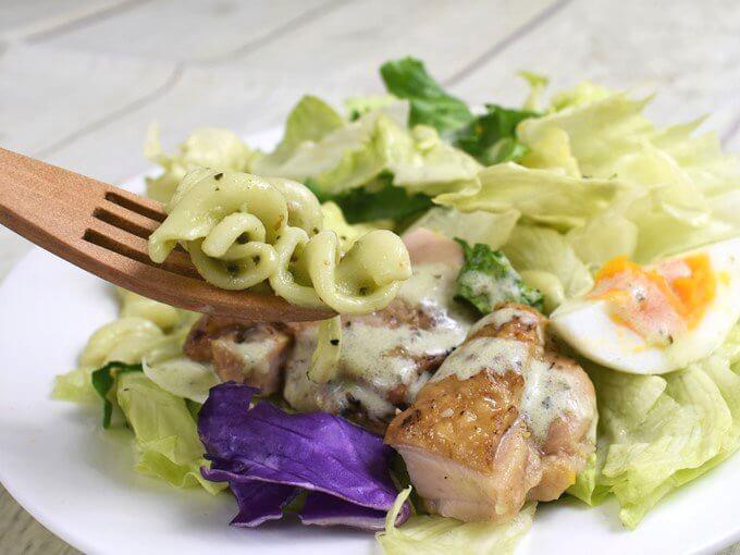 皿に盛りつけた「グリルチキンのサラダクリーミーバジルソース付」のアップ画像