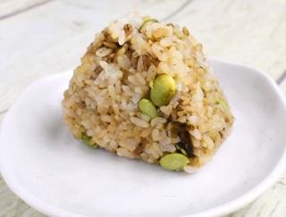 ファミマの新作!かつお節が効いた食物繊維たっぷりの「スーパー大麦 枝豆こんぶ」