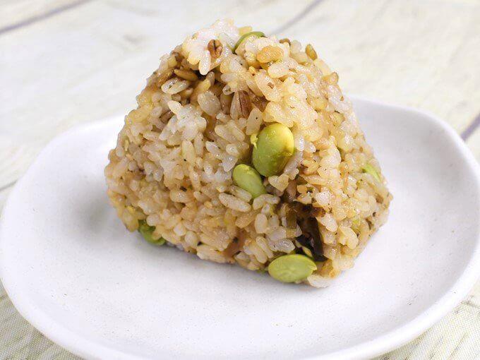 お皿に立った状態で置かれた「スーパー大麦 枝豆こんぶ」の画像