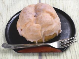 お皿に乗った「春薫る桜シュークリーム」にフォークが添えられている画像