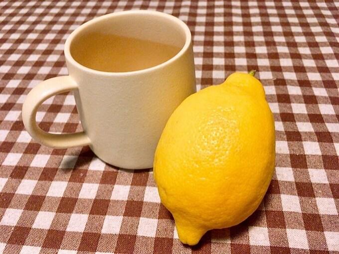 マグカップとレモン