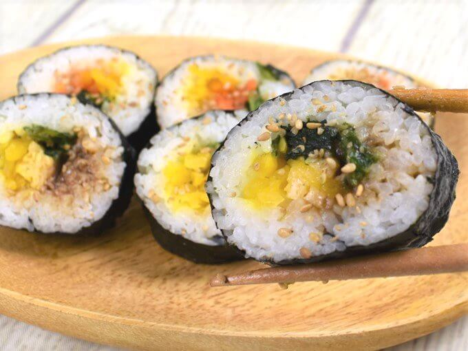 箸で持ち上げた「野菜を食べよう! キンパ(牛プルコギ巻&ナムル巻)」の画像