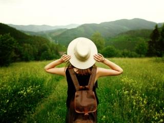 山道を歩いている女性の画像