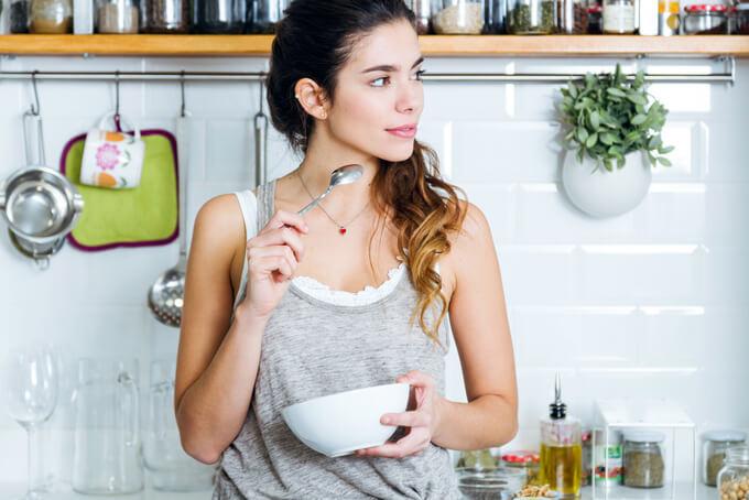 朝食をとろうとしている女性の画像