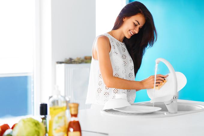 皿洗いする女性の画像