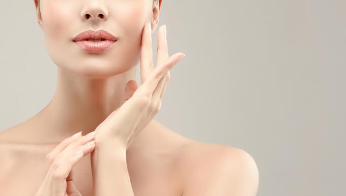 肌を触る女性の画像