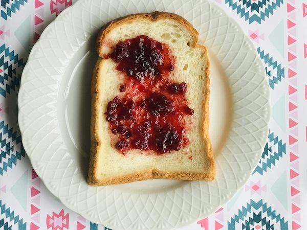 リンゴベリーのジャムをパンに塗った