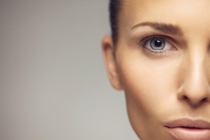 片目を写した女性の画像