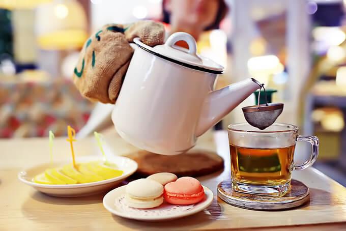 紅茶を茶こしでこしている