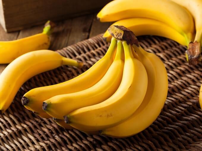 テーブルの上にあるバナナ