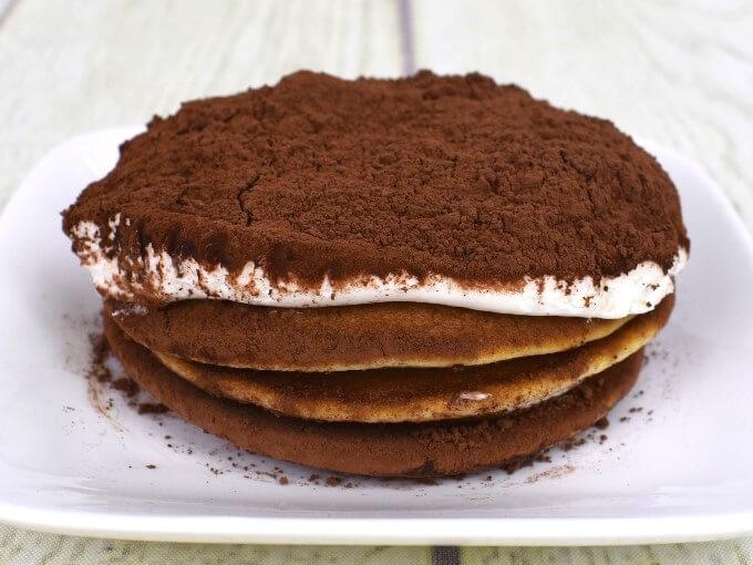 皿にのった「ティラミス仕立てのクリームパンケーキ」の画像