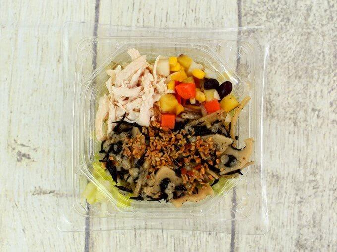 容器のふたを開けた「サラダチキンの15品目サラダ」の画像