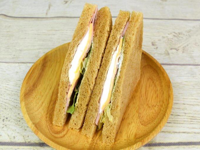パッケージからとり出した「全粒粉サンド2種チーズとハム」の画像