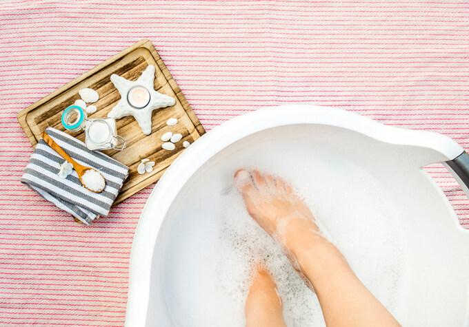 脚浴をしているイメージ画像