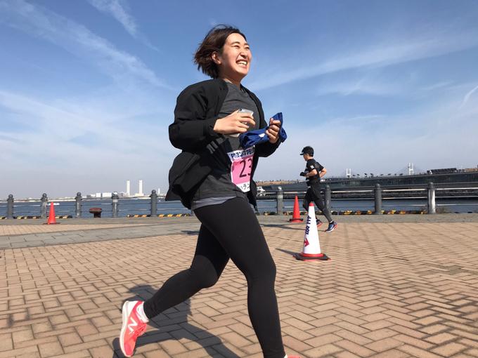 笑顔で走っているメンバー