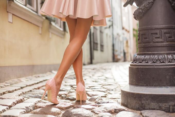 フリルのミニスカートを履いた女性の脚もと