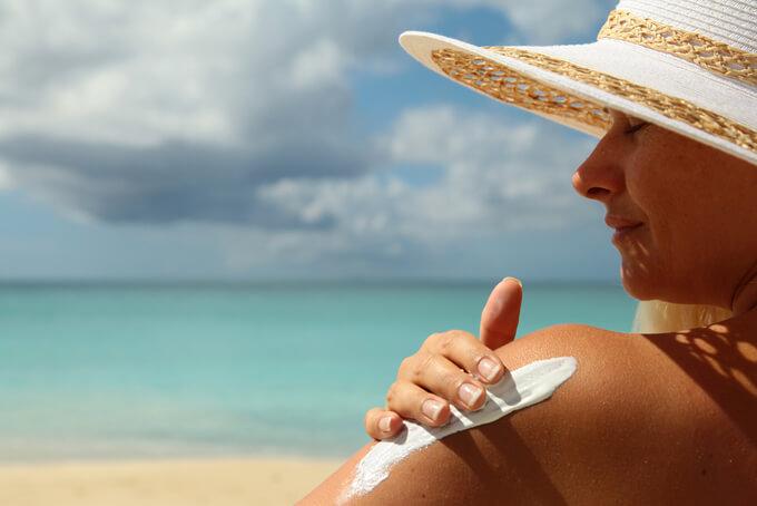 日焼け止めを塗っている女性の肩アップ