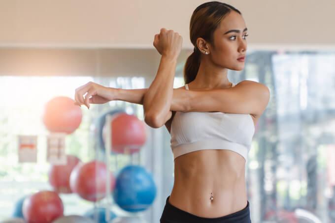 準備体操している女性の画像
