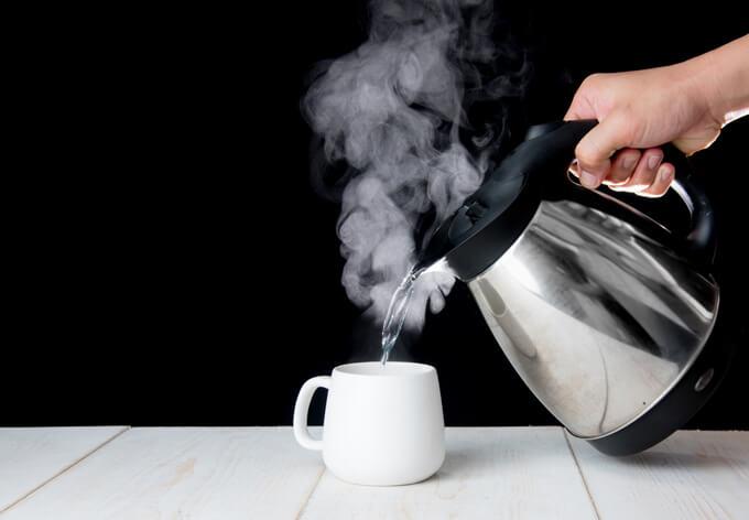 熱湯をカップに注いでいる