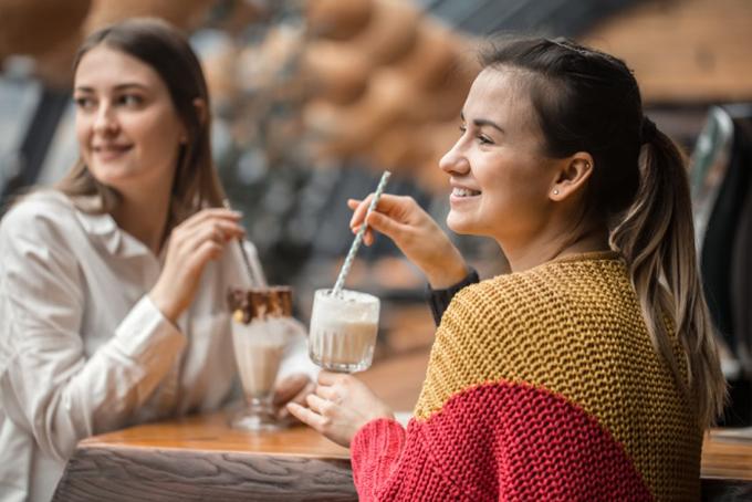 友達とお茶している女性