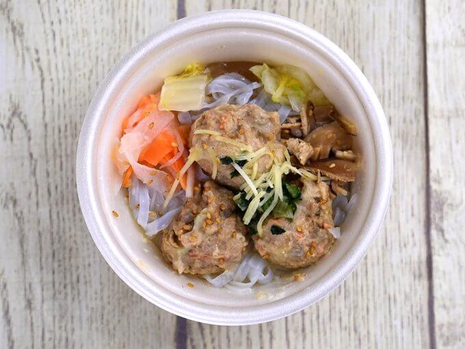パッケージのふたをあけた「ごぼうと蓮根のつくね入り和風スープ」の画像