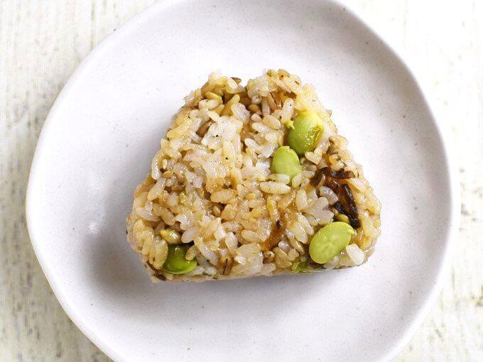お皿に置かれた「スーパー大麦 枝豆こんぶ」の画像