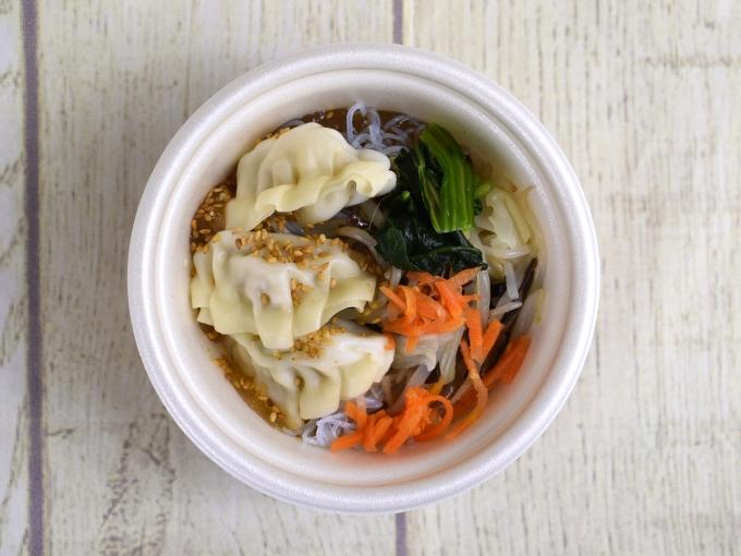 パッケージのふたを開けた「餃子と野菜の中華風春雨スープ」の画像