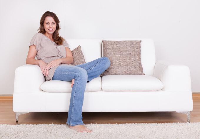 ソファーに座った女性の画像