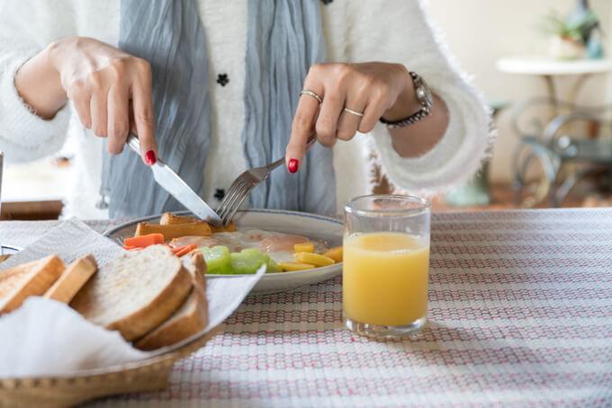 朝食を食べる女性の画像