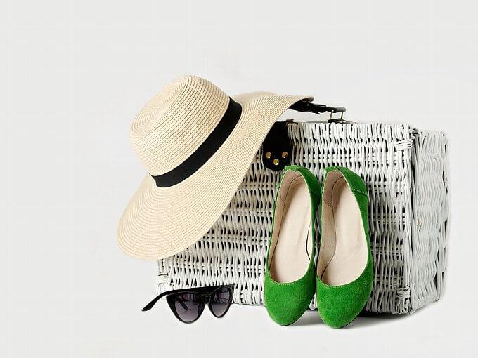 帽子、サングラス、パンプス、大きいバッグ
