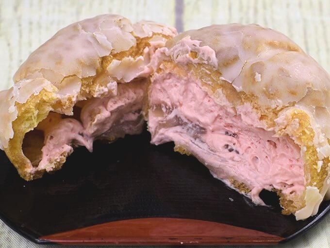 「春薫る桜シュークリーム」をふたつに割った画像