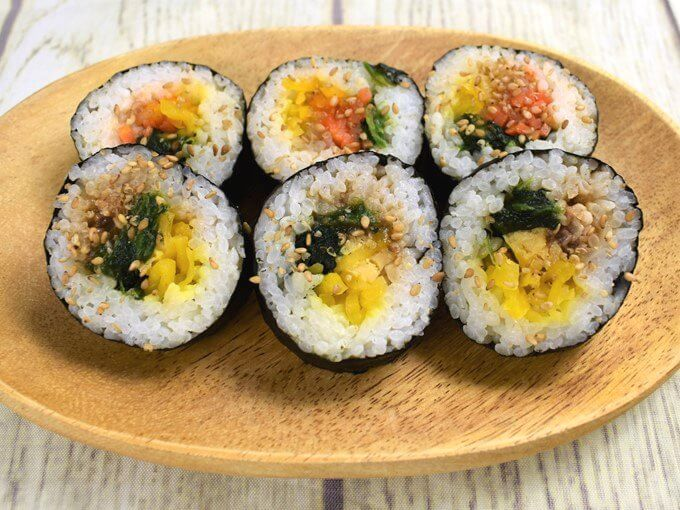 皿に盛られた「野菜を食べよう! キンパ(牛プルコギ巻&ナムル巻)」の画像