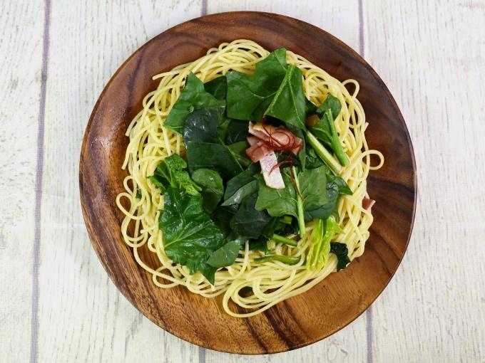 皿の上から盛られた「ほうれん草ベーコンの和風パスタ」の画像