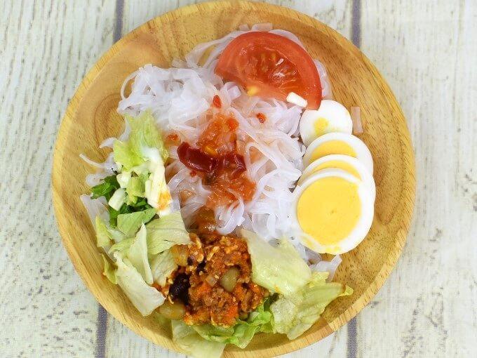 皿に盛られた「タコスミートのヌードルサラダ」の画像