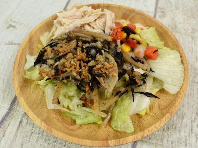 お皿に盛った「サラダチキンの15品目サラダ」の画像