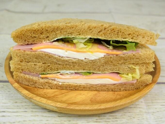「全粒粉サンド2種チーズとハム」のアップの画像