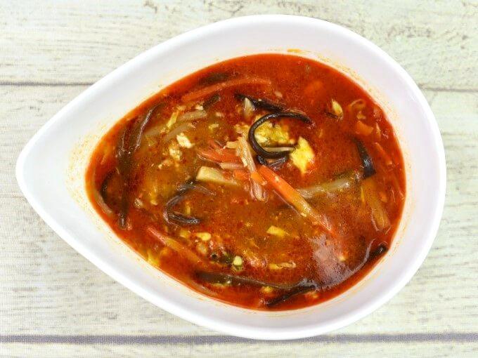 「黒酢仕立て! 旨辛酸辣湯」をお皿に盛った画像