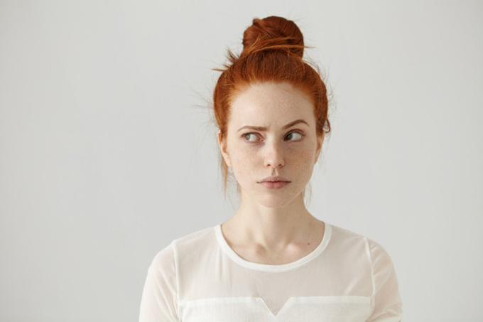 目に違和感を感じている女性