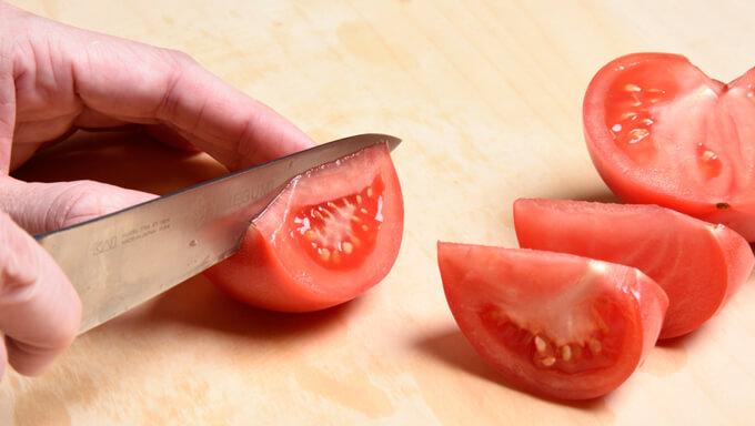 トマトをくし型に切る