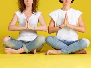 女性が座禅をしている画像